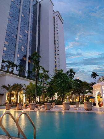 swimming-pool-hotel-istana