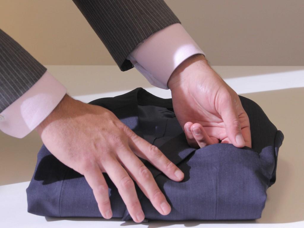 出典:http://www.businessinsider.com/how-to-pack-a-suit-for-a-business-trip-2013-6