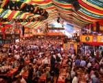 出典:http://www.shamelesstraveler.com/images/uploads/Oktoberfest_munich.jpg