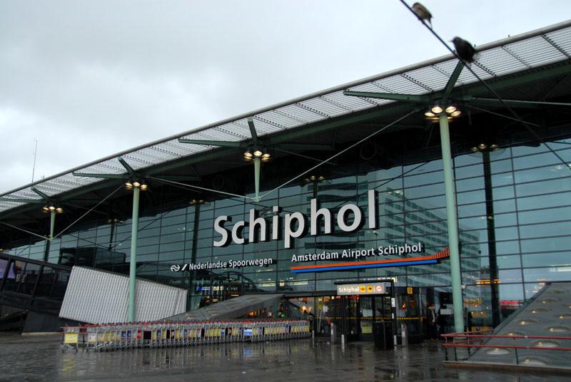 出典:https://commons.wikimedia.org/wiki/File:Amsterdam_Airport_Schiphol_Front.jpg